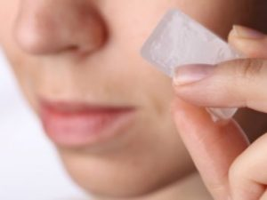 aplicar hielo sobre el rostro